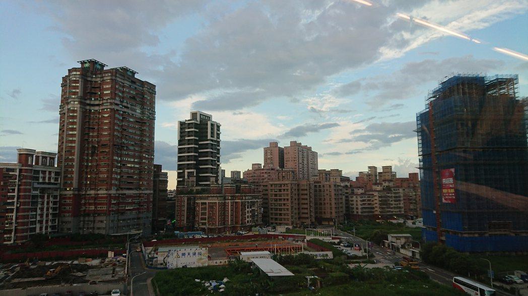 8月五都買賣移轉棟數皆較上月減少,平均月減23.6%,其中台北市月減26.3%,...