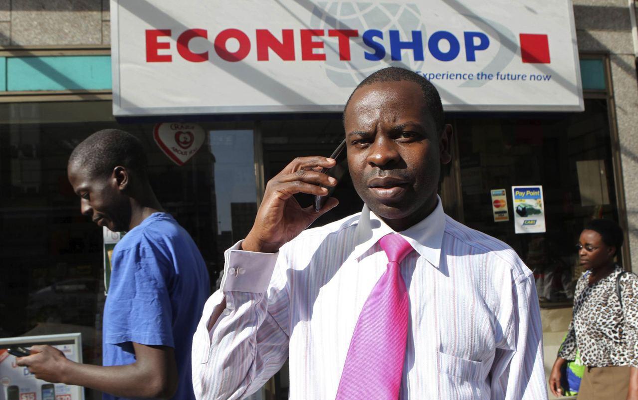 辛巴威民眾靠電信進行金融交易。路透