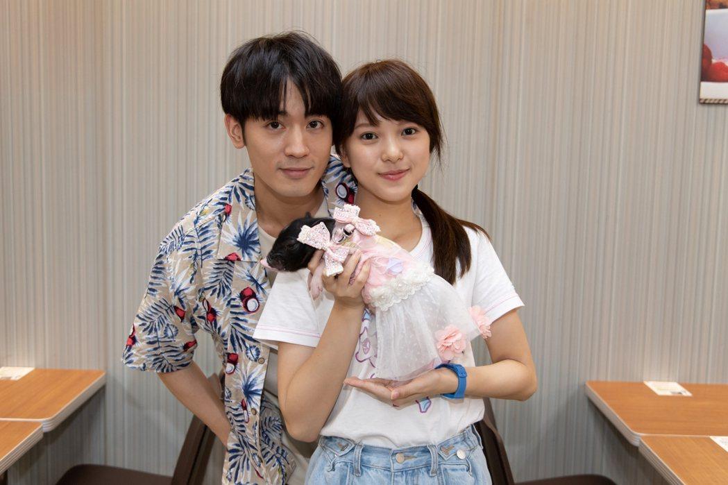 「小樂」吳思賢(左)與項婕如和小豬對戲。圖/三立提供