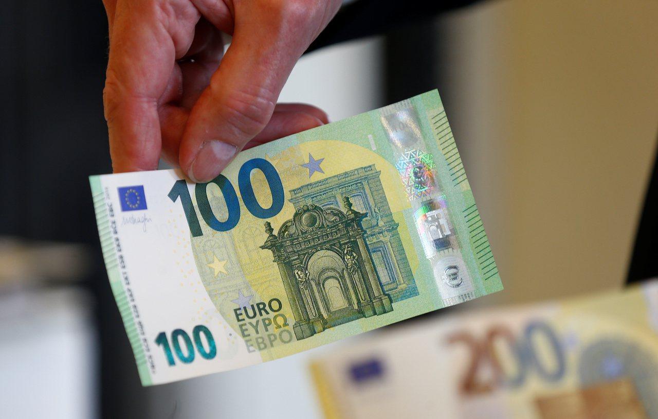 歐元匯率繼上周五跌破1歐元兌1.1美元後,2日再貶0.3%,跌抵2017年5月來...