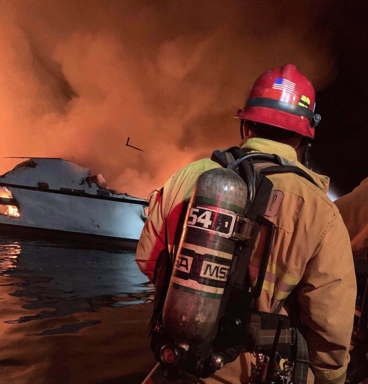 美國加州聖塔芭芭拉郡聖克魯斯島外海潛水船二日清晨突然起火,加州文圖拉郡消防員前往...
