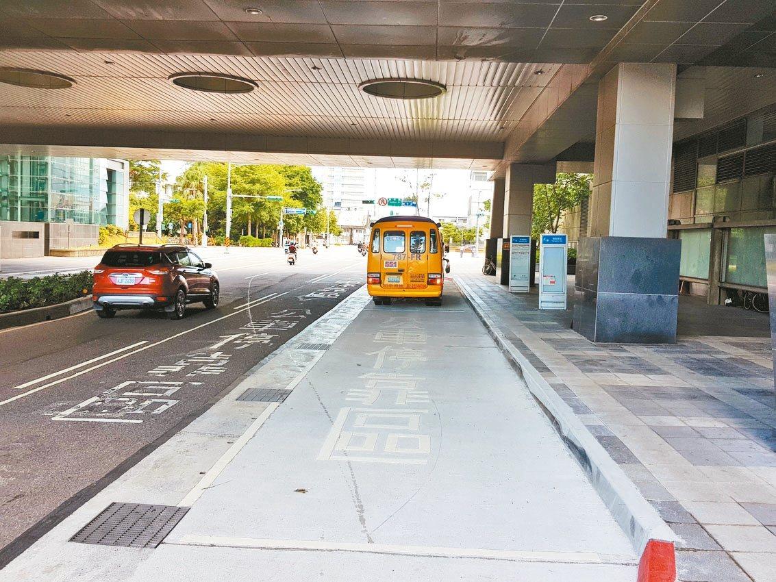 北市南港車站的公車停靠區挪到人行道,但因標線不明顯,舊停靠區標線沒塗銷,造成民眾...