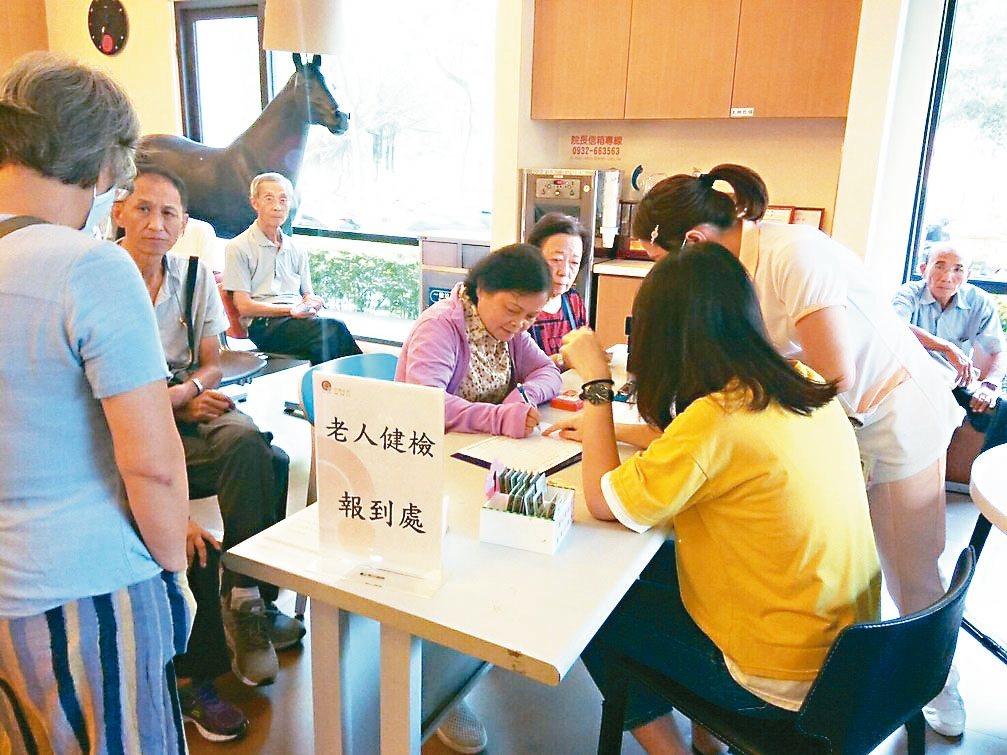 新竹市府推老人免費健康檢查,今年和9家醫療院所合作,將提供8280個名額。 圖/...