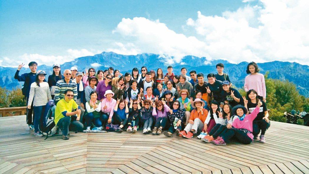 高醫大學生與樂齡學員一起修「台灣休閒旅遊史」。 圖/高醫大提供