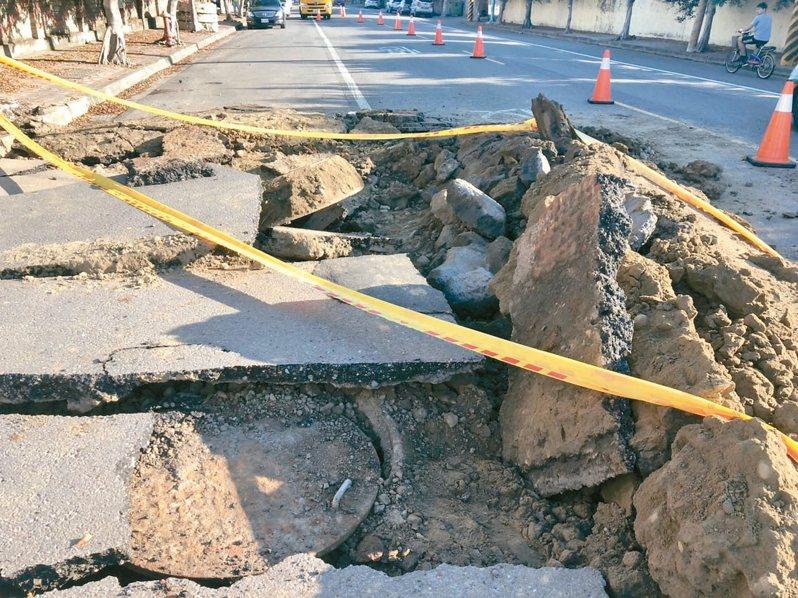 彰化縣伸港鄉全興工業區內興工路昨凌晨發生道路炸開,深度約三公尺。 圖/賴清美議員提供