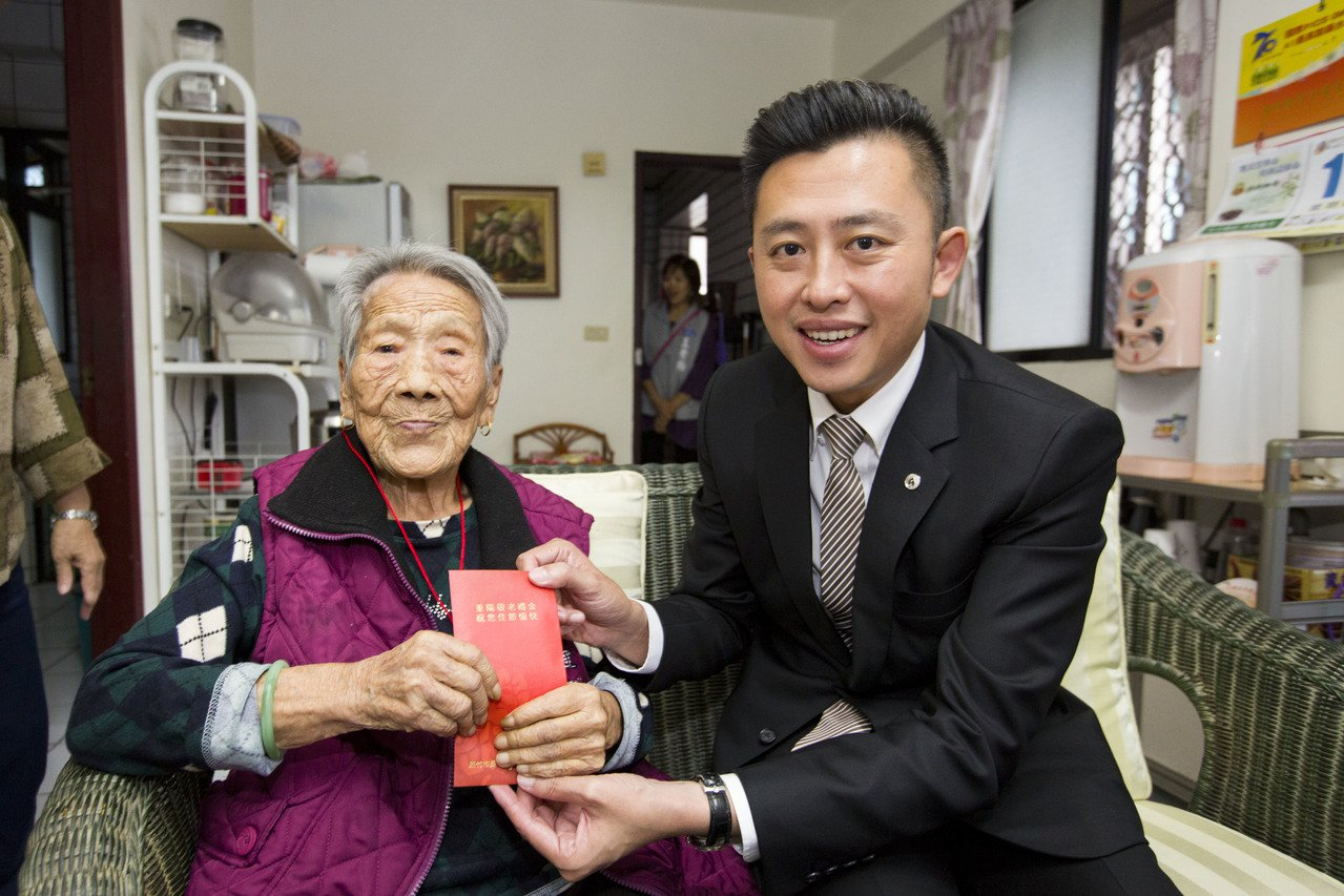 新竹市長林智堅表示,每年重陽節前夕市府除致贈重陽敬老禮金,也辦理老人免費健康檢查...