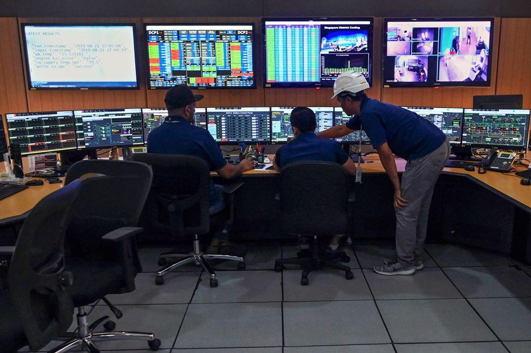 星國技術人員在控制室監控地下冷卻系統。 (法新社)
