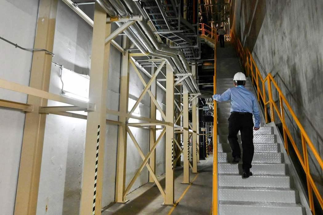 新加坡工人視察濱海灣金沙酒店的地下冷卻系統。 (法新社)