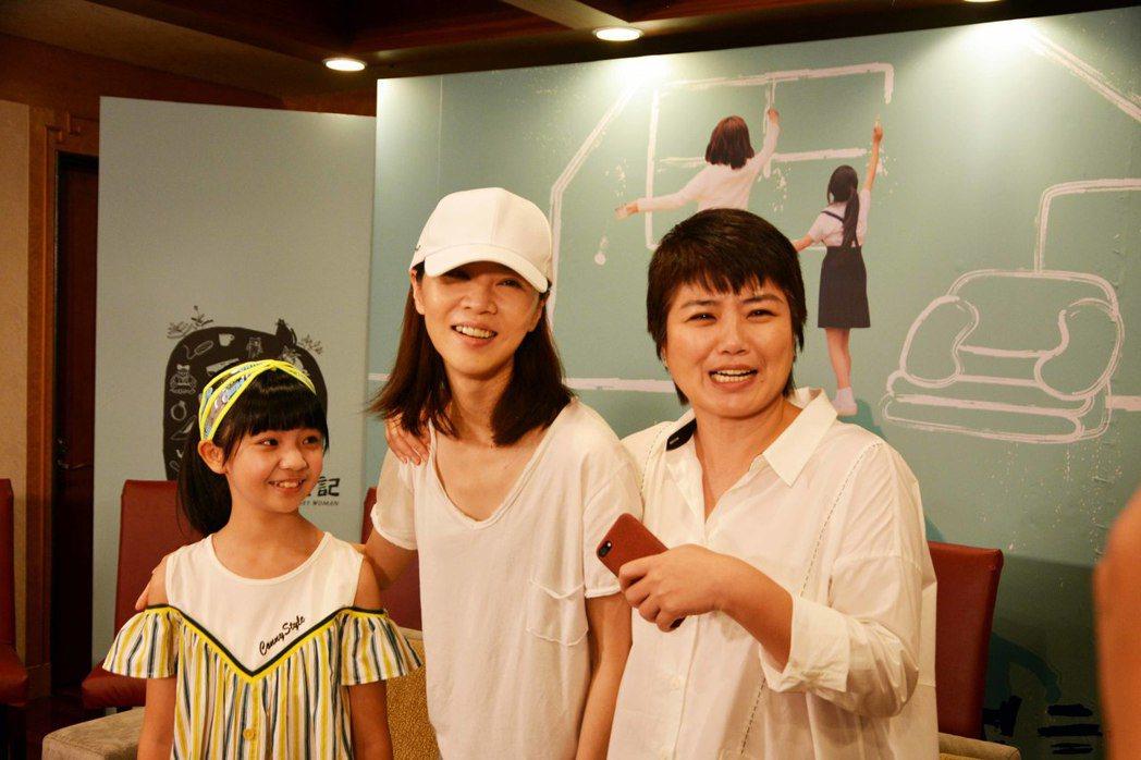 嚴藝文(右起)、謝盈萱、吳以涵出席「俗女養成記」完結篇直播會。圖/華視提供
