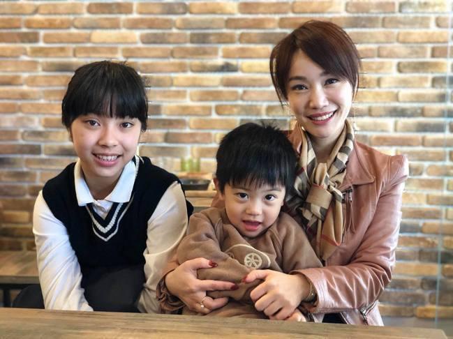 蕭彤雯(右)與11歲半的女兒美寶(左)、2歲半兒子瓜瓜(中)。 現代保險雜誌/提...