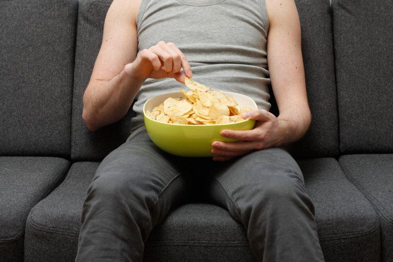 英國一位少年餐餐只吃薯片等加工食品,導致在3年內永久性失明。圖片來源/ingimage