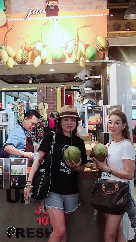 楊繡惠與鄒佩真曾一起出國玩。圖 / 擷自臉書