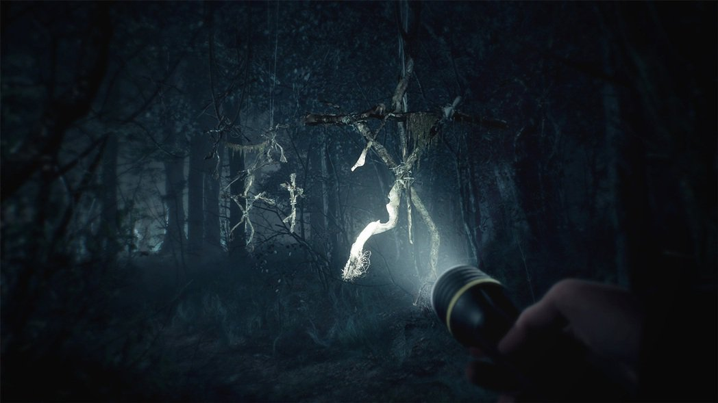 遊戲中很多時候都只能靠著手電筒在黑暗中找路,有時真的會突然照到莫名的東西。