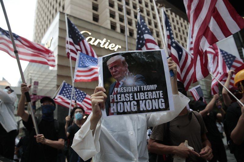 香港問題已然登上美共角力的談判桌上。圖為部分示威者希望美國介入香港反送中,攝於2...