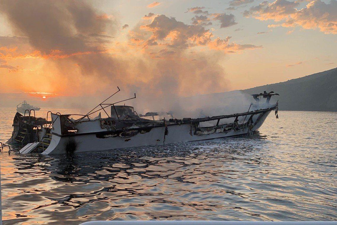 文圖拉消防隊表示,概念號的大火一直到天亮後才被撲滅,但船身早已被大火燒得精光,不...