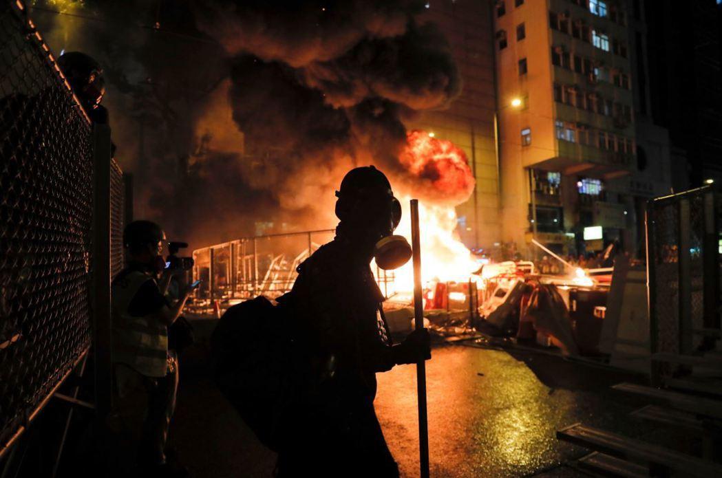 8月31日反送中示威者在灣仔縱火。 圖/美聯社