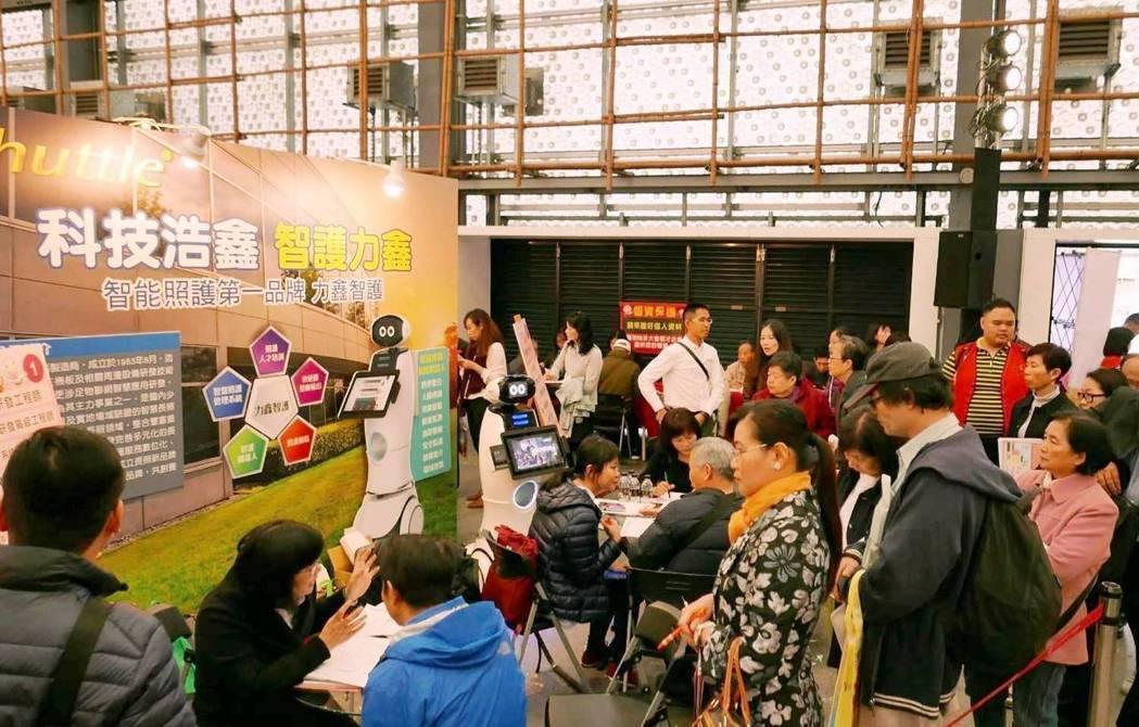 「青銀總動員」就業博覽會,提供中高齡就業機會。 記者莊琇閔/攝影