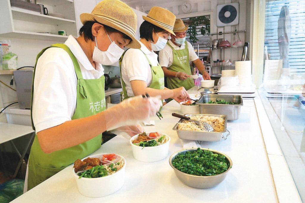 「不老夢想125號」推便當直送,不老料理人一起烹飪、準備便當。 圖/報系資料照