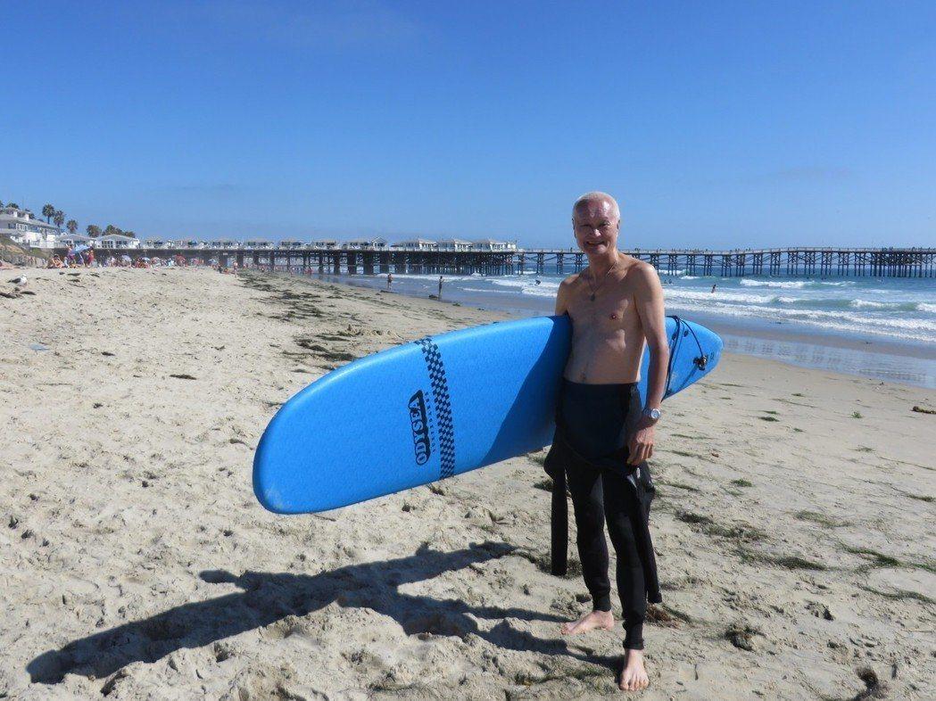 「蛋黃哥」黃世岱跟兒子學衝浪,他認為人生就跟海浪一樣波濤洶湧,必須學會在浪中找到...
