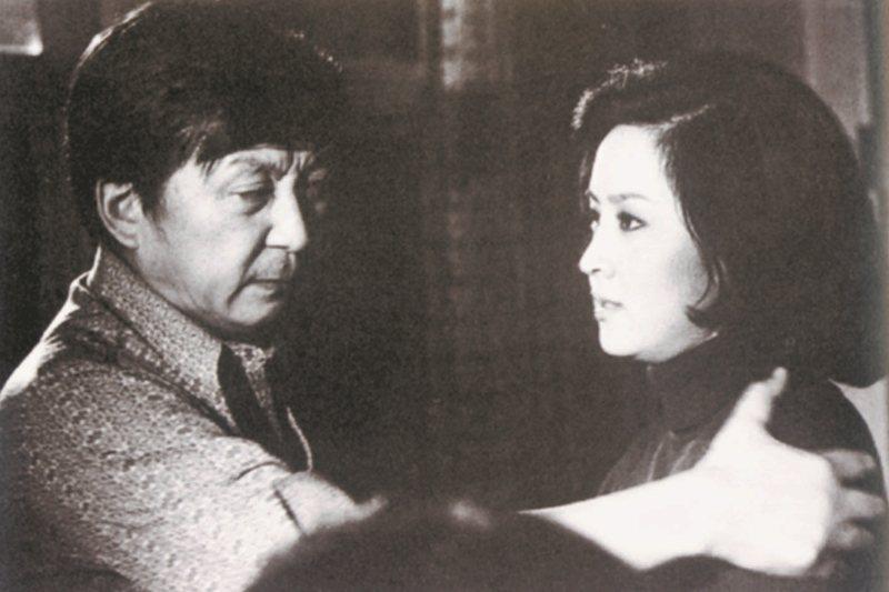 1973年拍攝《心有千千結》時,李行指導女星甄珍演戲。 圖/李行提供
