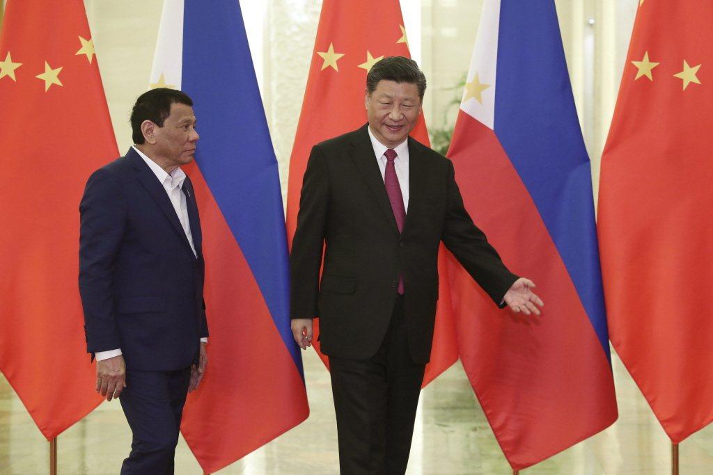 菲律賓總統杜特蒂日前造訪中國正告習近平,南海仲裁「是最終裁決,有約束力且不能上訴」。 圖/美聯社