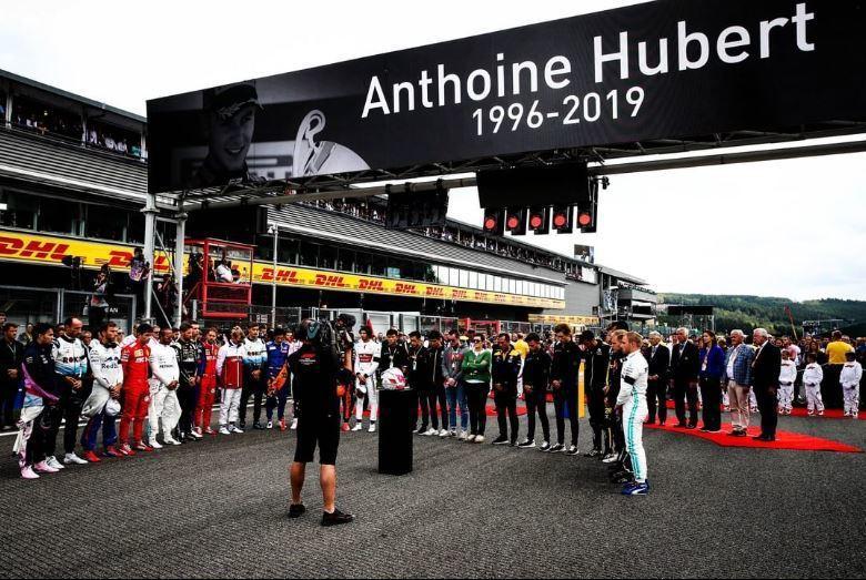 賽前Spa賽道舉行了為Anthoine Hubert默哀的儀式。 摘自Renau...