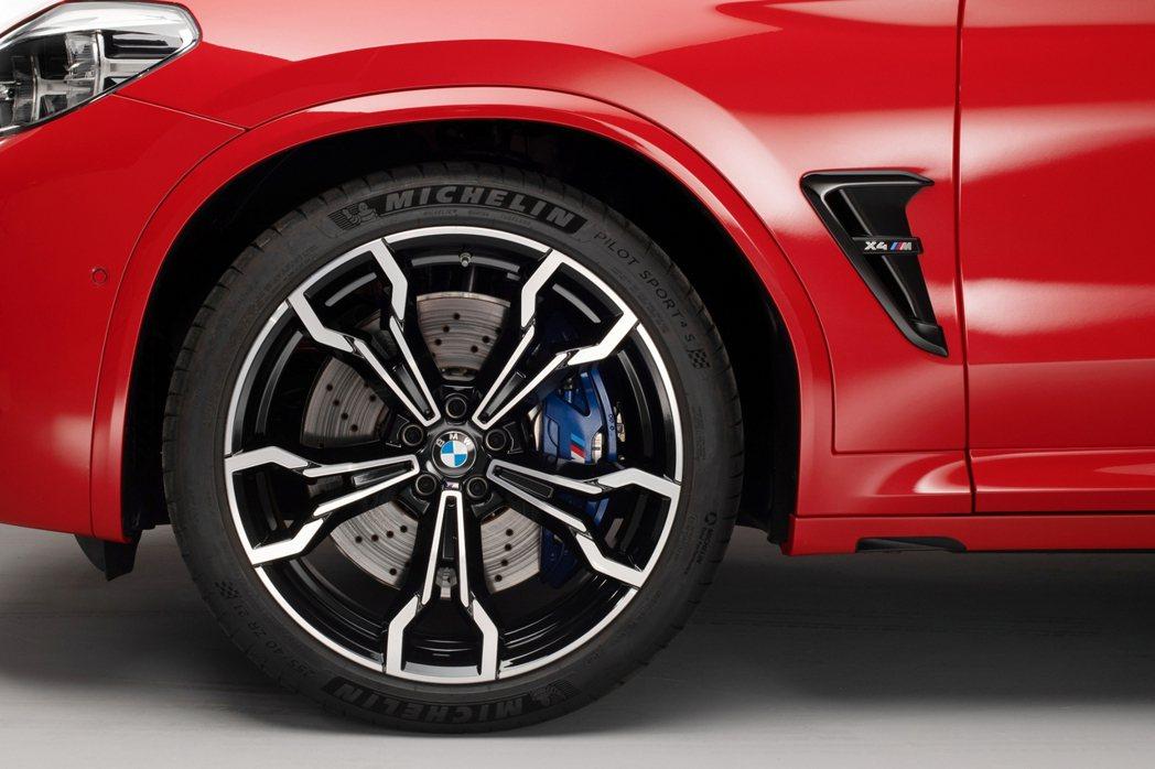 全新BMW X4M Competition標配21吋765 M型輕合金輪圈。 圖...