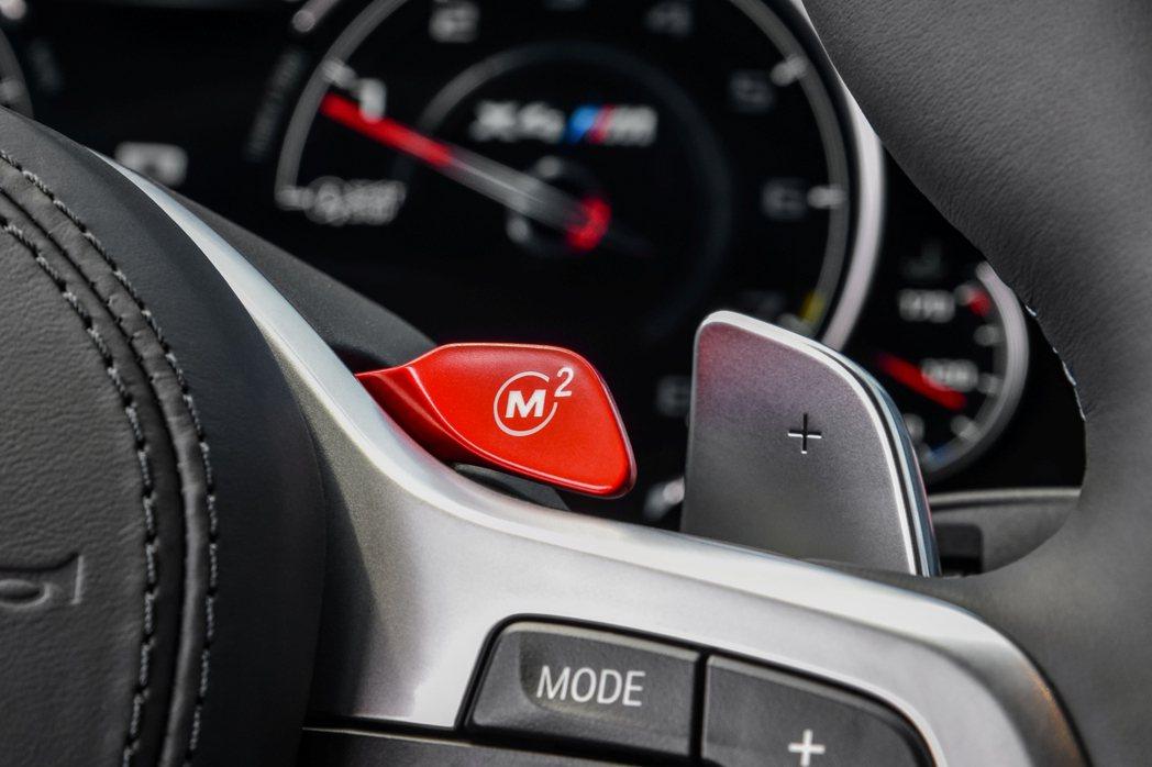紅色烤漆M Drive駕駛快速記憶鍵。 圖/汎德提供