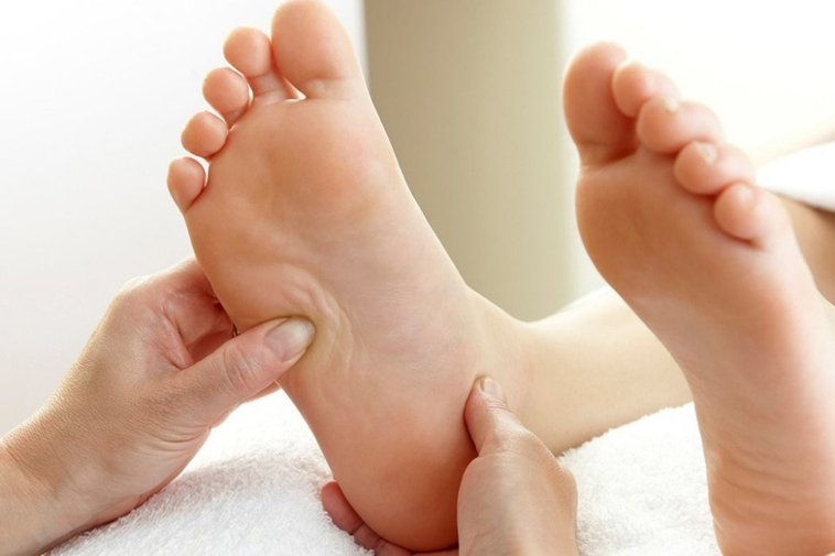 動脈裡有血栓滯留或血管阻塞而阻斷血液循環後,腿部因而缺血壞死。俗稱為腳中風。 圖...