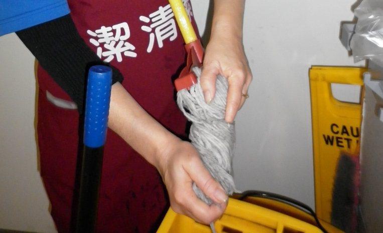 擰乾拖把,手腕要十分費勁。圖/秀傳醫院提供