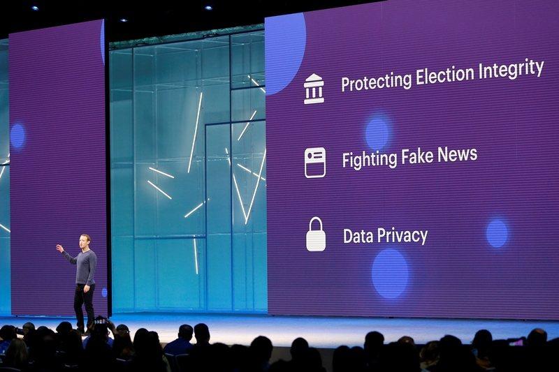 Facebook的創辦人祖克柏曾在演講中提及,其因應假新聞的作法是降低觸及而非刪除。 圖/路透社