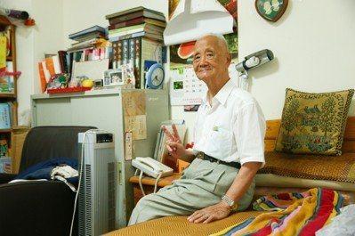 台北市陽明老人公寓,陳端和爺爺在房裡休息。  記者王騰毅/攝影