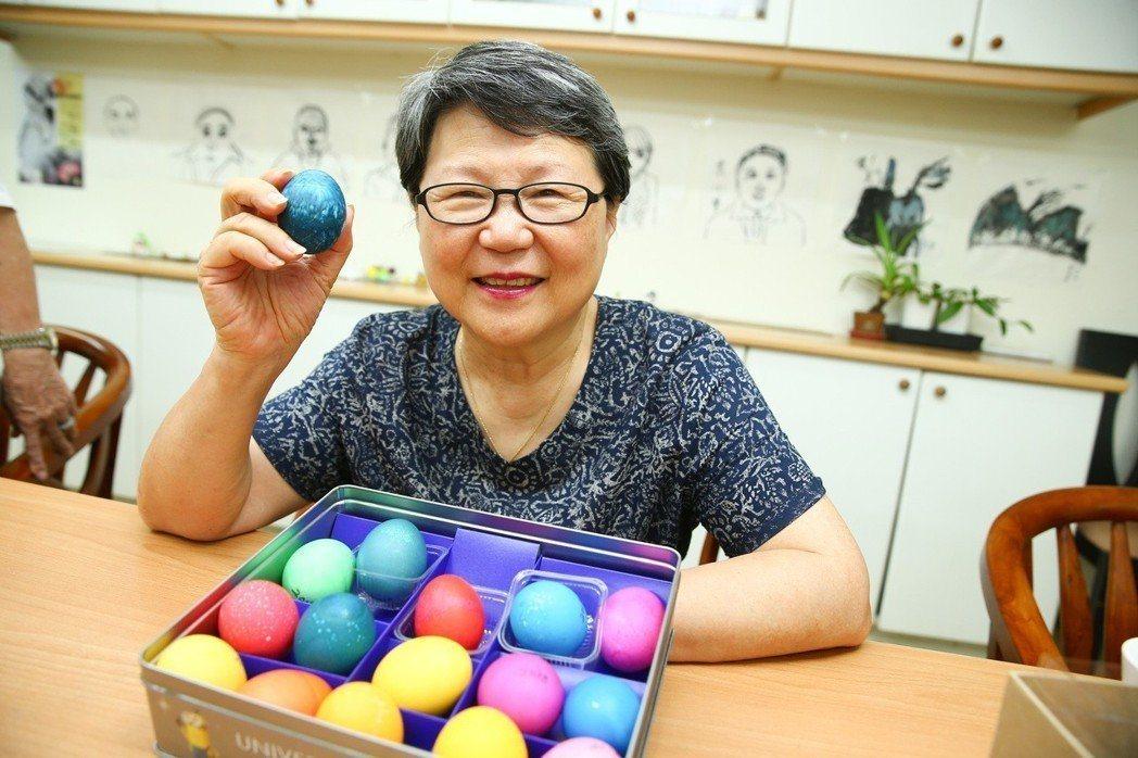 台北市陽明老人公寓,謝安娜奶奶擅長製作復活節彩蛋,喜歡將彩蛋與朋友分享。  記者...