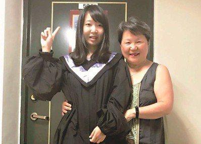 2個月前,莉君剛畢業,她穿著學士服來跟我道別。和她相聚時間短暫,到現在心裡還是很...