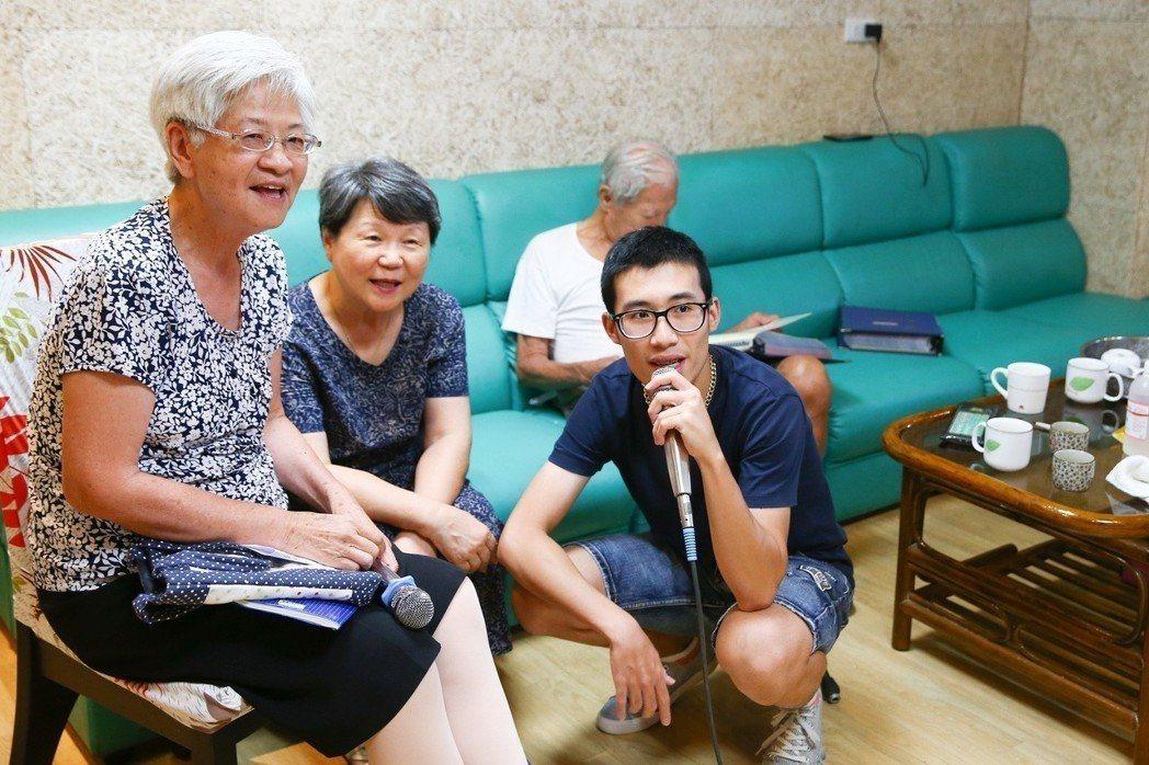 台北市陽明老人公寓,學生王斯特(右)與爺爺奶奶們一起歡唱KTV。  記者王騰毅/...