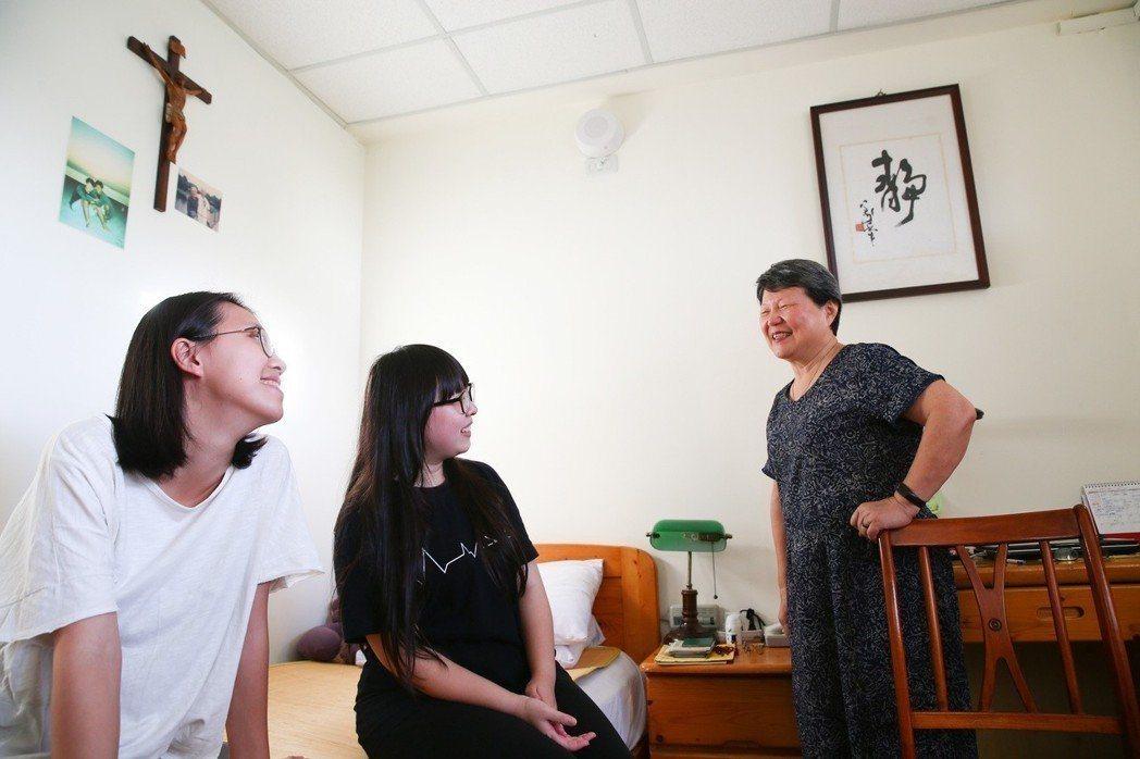 台北市陽明老人公寓,學生陳玟安(中)與林育甄(左)到謝安娜奶奶(右)的房間找她聊...