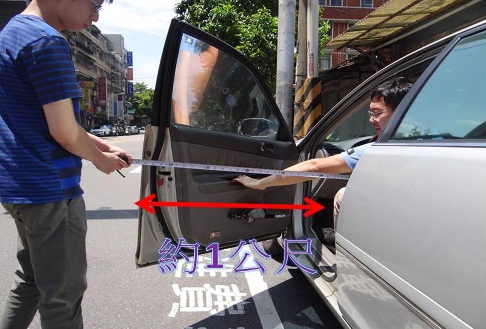 裁決處提醒,車門打開約1公尺,機車騎士應與路邊車輛保持適當距離,避免意外發生。圖...