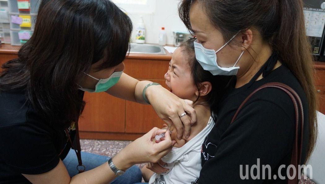 台大小兒部主任黃立民表示,現正值兒童開學季,近期門診水痘患者增加近兩成,建議可在...