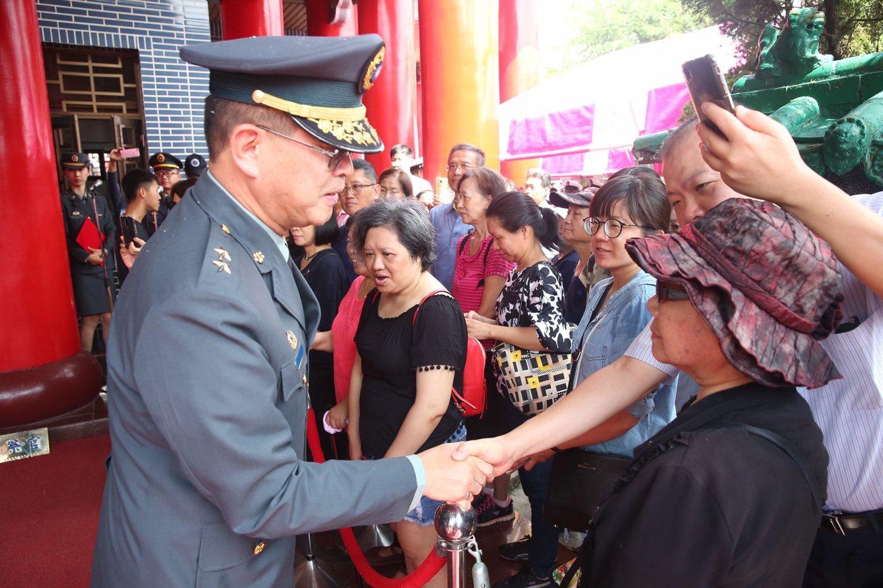 第四作戰區指揮官劉得金向遺族家屬致意。 圖/陸軍八軍團提供
