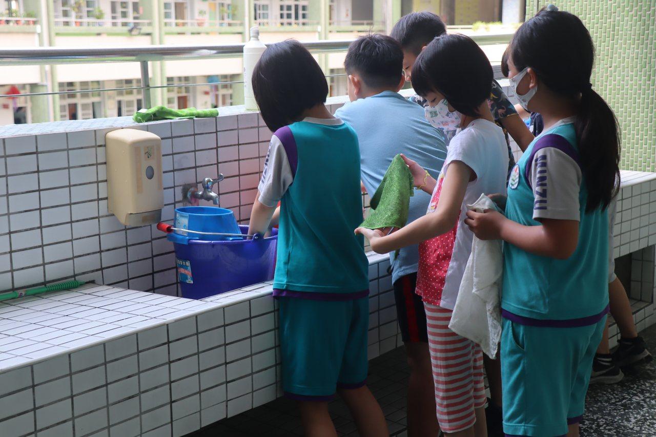 高雄市三民區一所國小爆發流感群聚疫情,小一生入班前都先量測體溫,教師也帶孩子勤洗...