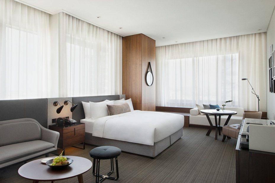 新竹英迪格酒店備有140間客房供旅客入住,圖為超豪華客房。業者/提供
