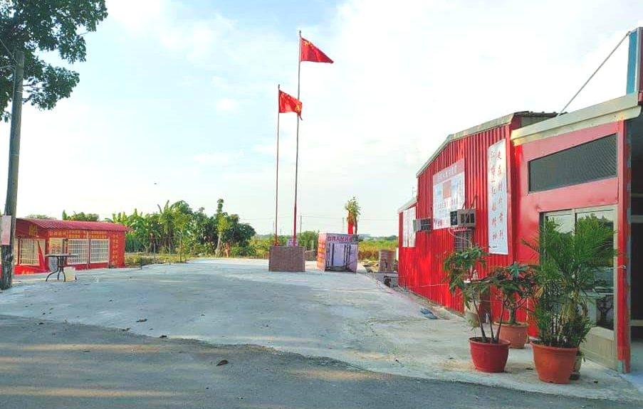 台南市新營區有間鐵皮搭建的「天后宮」,廟埕還豎立兩支五星旗,引起外界熱議。圖/取...