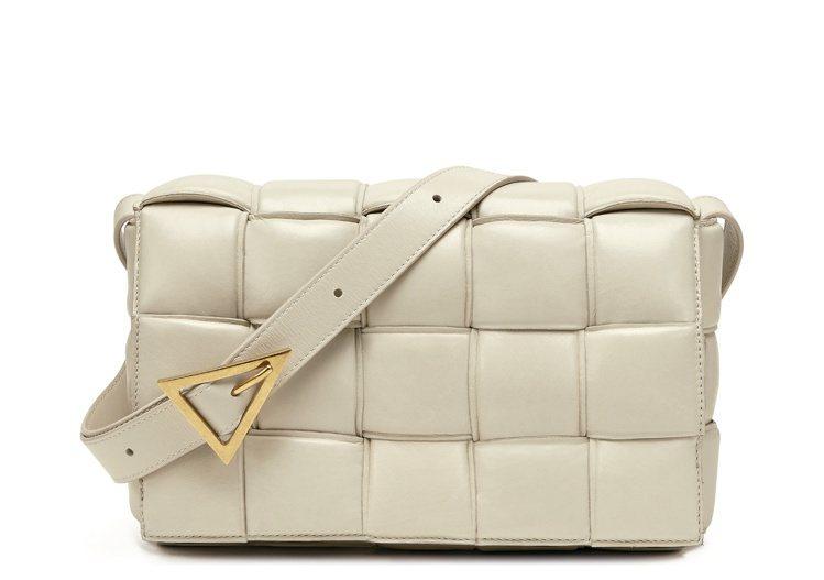 牛皮肩背包(卡帶包),78,100元。圖/Bottega Veneta提供