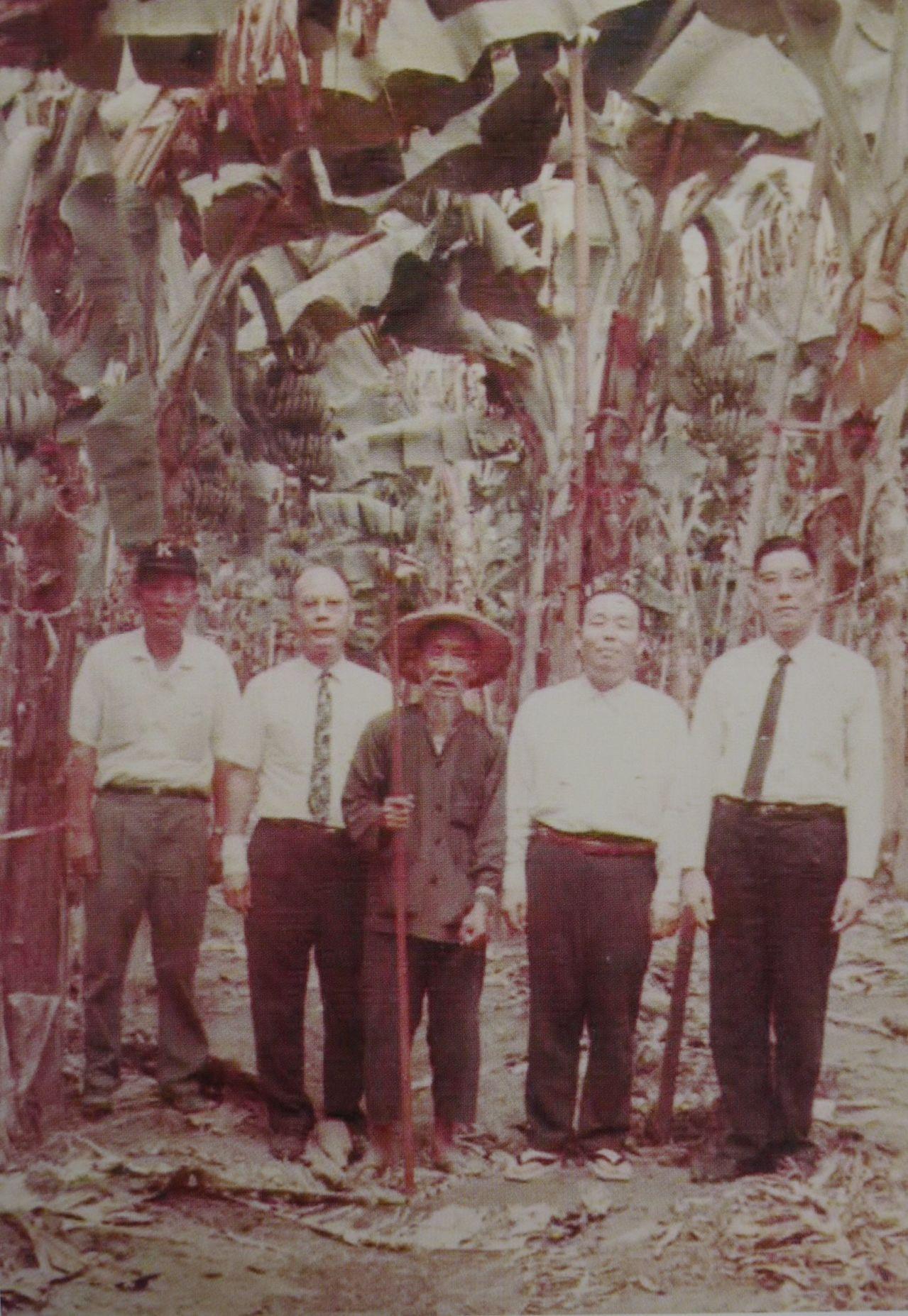 有蕉神之稱的香蕉大王吳振瑞(右一)曾引發轟動一時的金蕉案。圖/旗山區公所提供