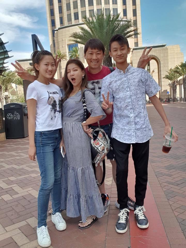 侯昌明全家人送女兒到美國加州念書。圖/摘自臉書
