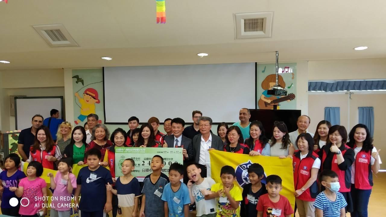 高雄市大愛國際傑人會關心偏鄉孩童教育,今天組團參訪六龜龍興國小。記者徐白櫻/翻攝