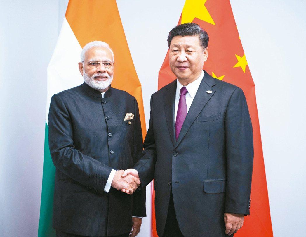 印度總理莫迪(左)與大陸國家主席習近平。(美聯社)