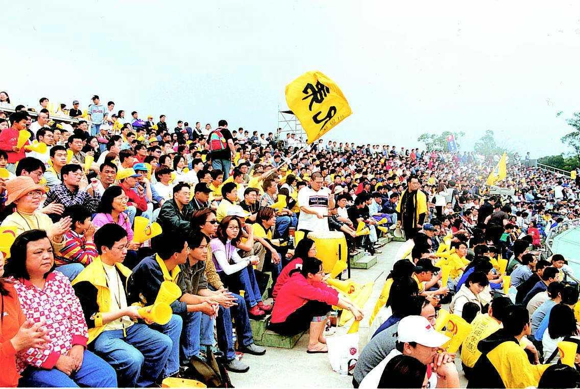 2001年龍潭球場比賽,吸引爆滿觀眾。 報系資料照