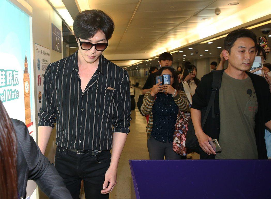 金材昱(左)4日晚間搭機抵達桃園機場,將為廠商代言。記者陳嘉寧/攝影