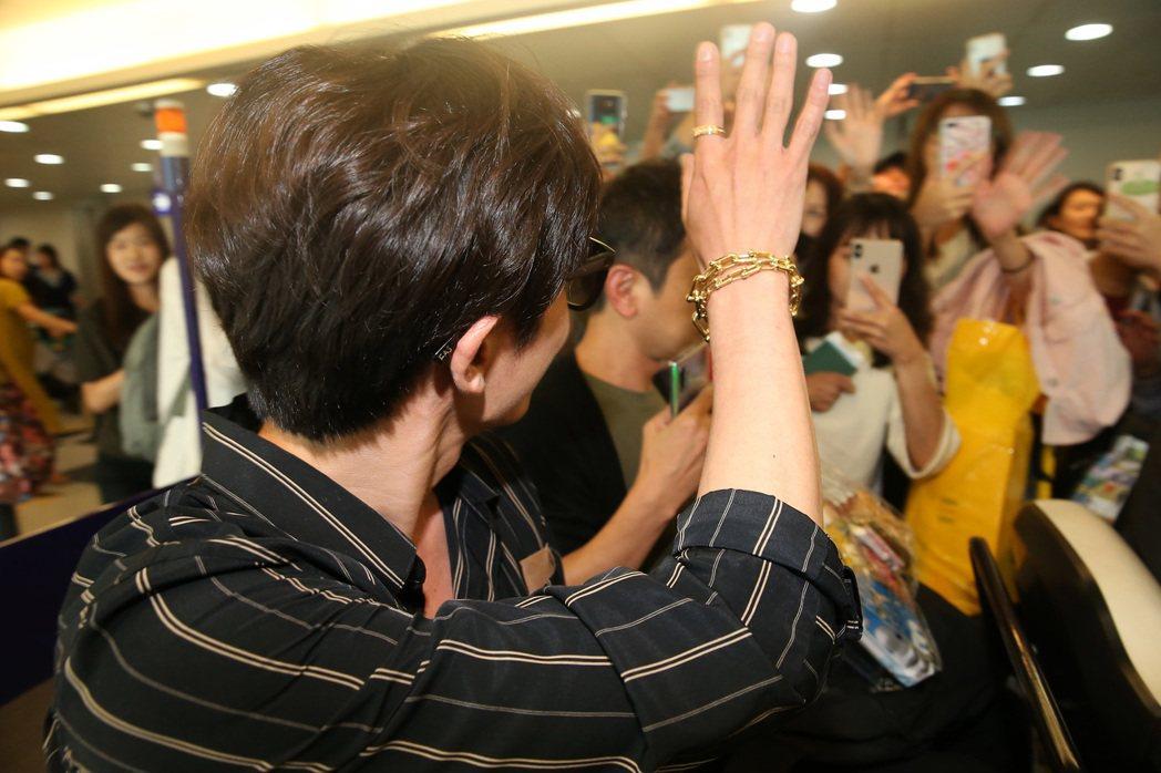 金材昱(左)4日晚間搭機抵達桃園機場,粉絲及同機的旅客在空橋門口追星,金材昱親切...